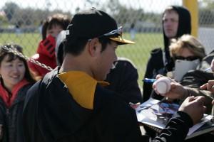 Jung-ho Kang signing autographs.